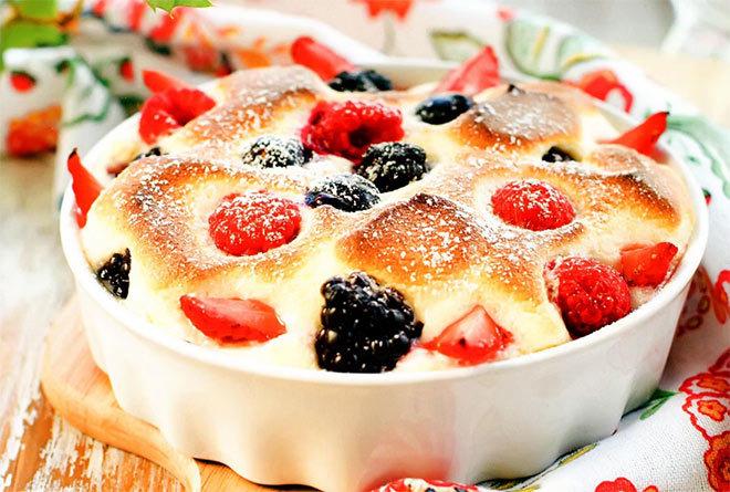 творожный пудинг с ягодами